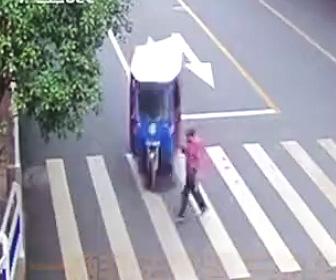 【動画】横断歩道を渡るお婆さんが3輪自動車に轢かれるが…運転手が衝撃の行動