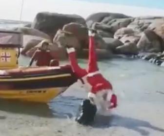 【動画】サンタクロースが船でやって来るが思いっきりコケる