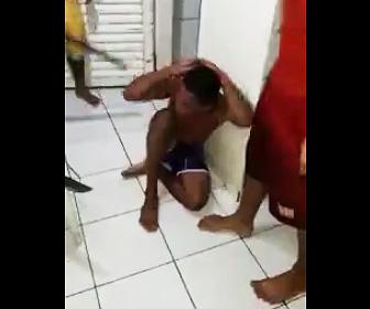 【動画】泥棒が捕まり棒でボッコボコに殴られる衝撃映像