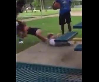 【動画】赤ちゃんを抱く白人女性に殴りかかる黒人女。髪の毛を引っ張り引きずり回す
