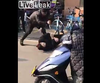【動画】男2人が道で喧嘩。馬乗りになりナイフで刺しまくる