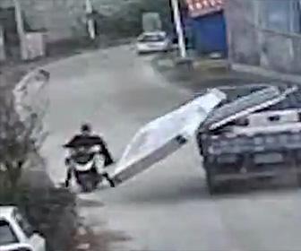 【動画】トラックからマットレスが落下し横を走るバイクに激突してしまう