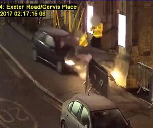 【動画】ナイトクラブのガードマンと喧嘩になり、男が車でガードマンに突っ込む