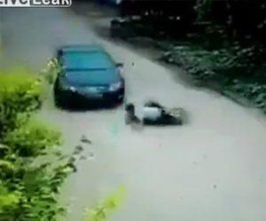 【動画】バイクに乗る男が保険金詐欺に失敗し恐ろしい事になってしまう。