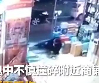 【動画】ガラスドアに気づかず突っ込んでしまった男性が恐ろしい事になってしまう