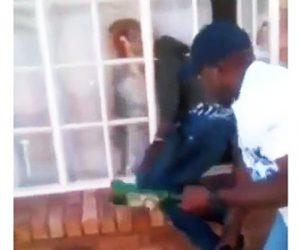 【動画】窓格子に引っかかり身動きが取れない泥棒。ボコボコニされる