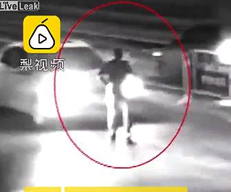 【動画】歩きスマホで車道を渡ろうとする男性。車にはね飛ばされ死亡
