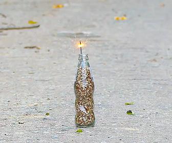 【動画】コーラの瓶にマッチ棒の先端(頭薬)を詰めて火を付ける衝撃映像