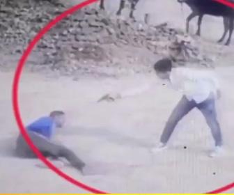 【動画】叔父を後ろから銃で撃ち殺す男