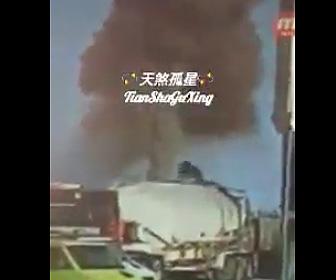 【動画】作業員がタンクローリーのハッチを開けると大爆発。作業員が吹き飛ばされる