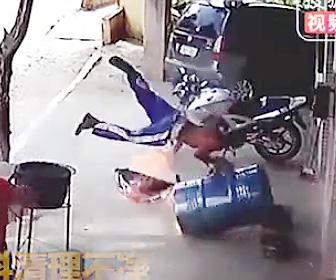 【動画】作業員がドラム缶をカットしようとするが爆発。作業員が吹き飛ぶ衝撃事故