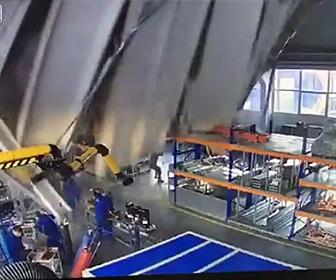 【動画】工場の屋根が突然崩落してしまい大勢の作業員が下敷きになってしまう衝撃事故