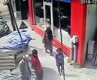 【閲覧注意動画】工事中の建物からセメント袋が落下し少女に直撃してしまう衝撃事故