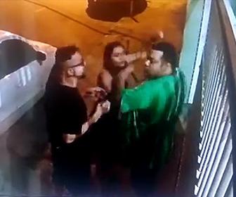 【動画】カップルの女が男性に詰め寄り攻撃するが怒った男性にボコボコにされる