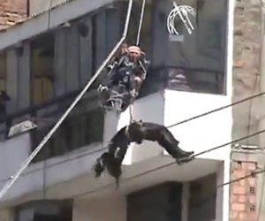 【動画】救助隊がロープレスキュー中に電線に触れ感電してしまう衝撃事故