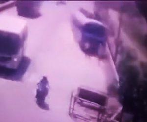 【動画】暴走したバスが歩行者2人に突っ込んでしまう衝撃事故