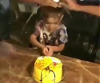 【動画】誕生日ケーキを食べようとする少年に悲劇が…