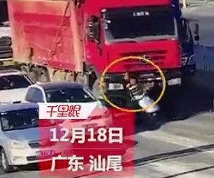 【動画】2人乗りスクーターがコントロールを失い転倒。ダンプカーに轢かれてしまう
