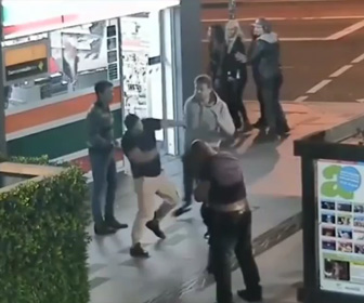 【動画】女の子を守る為、酔っ払い男達と殴り合う男性
