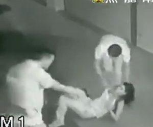 【動画】女性が武装強盗2人に襲われ必死に抵抗するがバッグを奪われてしまう