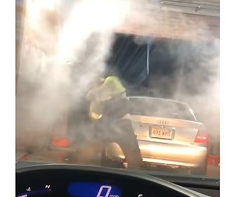 【動画】高圧洗浄機での洗車しようとするが水圧が強すぎ…
