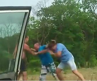 【動画】車の進路を塞ぎ降りて来る運転手が激しい殴り合いになる【ロードレイジ】