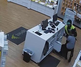 【動画】携帯電話ショップに武装強盗が現れ女性店員2人に襲いかかる衝撃映像