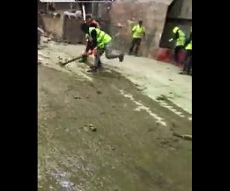 【動画】ゴミの山から飛び出て来る大量のネズミを蹴り飛ばしまくる作業員達