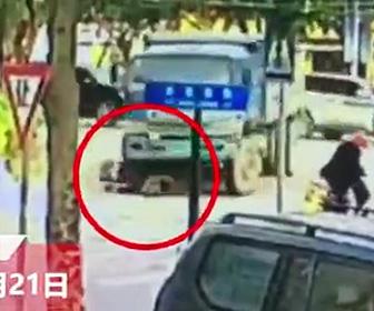 【動画】右折する大型トラックにスクーターに乗る女性が轢かれ足を潰されてしまう