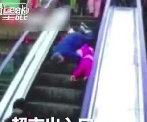 【動画】孫を抱く70歳おばあさんがエスカレーターで何度も転倒し落下