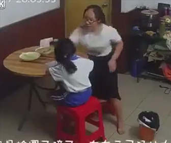 【動画】幼い娘に激しい虐待をする母親がヤバすぎる