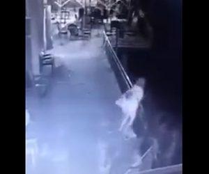 【動画】男がバルコニーから女性を投げ飛ばす衝撃映像