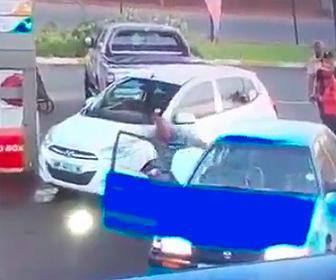【動画】ガソリンスタンドで車を軽くぶつけてしまった運転手がボッコボコにされてしまう