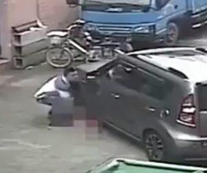 【動画】父親の目の前で幼児がSUV車に轢かれてしまう衝撃映像