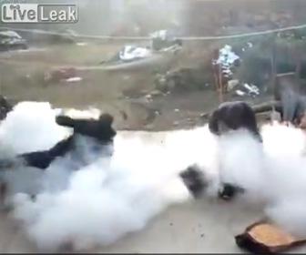 【動画】熱した鉄瓶から飛び出るポップコーンを受け止めようとするが…