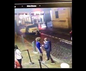 【動画】猛スピードで左折する車が道を渡る人達に突っ込み轢いてしまう