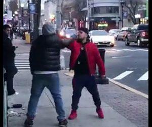 【動画】中指を立て合う男性2人が面白すぎる!