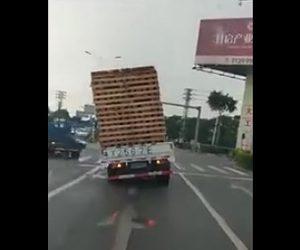 【動画】トラックに積んだ荷物が徐々に傾きトラックが横転してしまう