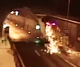 【動画】猛スピードの車が歩道の段差でジャンプしトンネルの天井に激突する衝撃事故