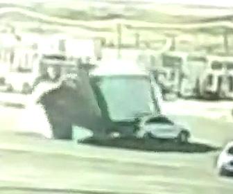 【動画】大量の石を積んだトラックがSUV車を避けようとするが横転。SUV車に大量の石が…