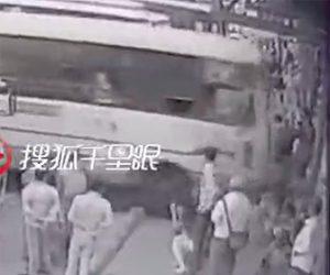 【動画】バスが歩道の人達に突っ込み3名が死亡してしまう衝撃事故