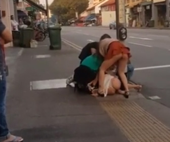 【動画】若い女達がパンツ丸見えで取っ組み合いの激しい喧嘩