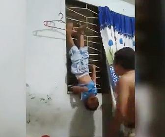 【動画】少年が逆さに吊るされ父親に虐待される衝撃映像