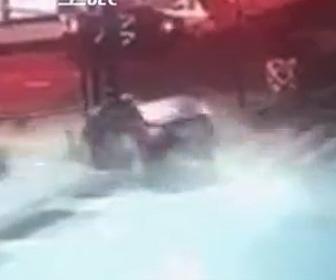 【動画】交差点で猛スピードの車がバイクをはね飛ばし電柱に突っ込む衝撃事故