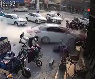 【動画】交差点で接触事故を回避するが…衝撃事故が起こってしまう