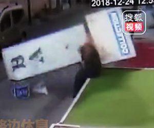 【動画】80歳おじいさんに落下してきた巨大看板が直撃してしまう