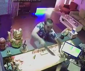 【動画】マチェーテを持った強盗3名が必死に抵抗する店員に襲いかかる衝撃映像