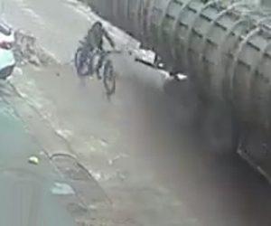 【閲覧注意動画】大型トラックから落下した2tの鋼板が自転車に乗る男性に直撃