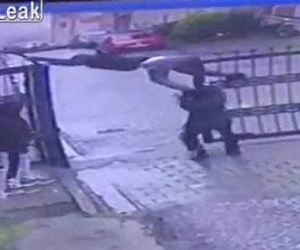 【動画】少年が門を乗り越えようとするが車が来て門が動き出し…