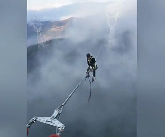 【動画】山にある送電線で高所作業する作業員が過酷過ぎる
